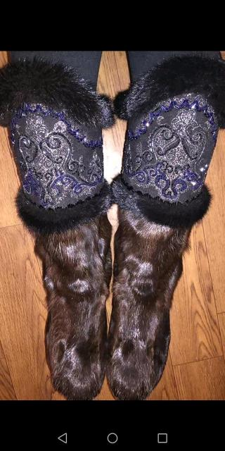 Срочно продаю унты, в хорошем состоянии - носила один сезон, билэ из бисера с оправой из норки, размер 36-37. Без торга!