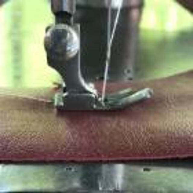Продаю ручную швейную машинку, шьет.