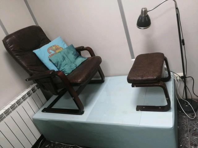 СРОЧНО!!! Педикюрное кресло с подставкой для ног на подиуме