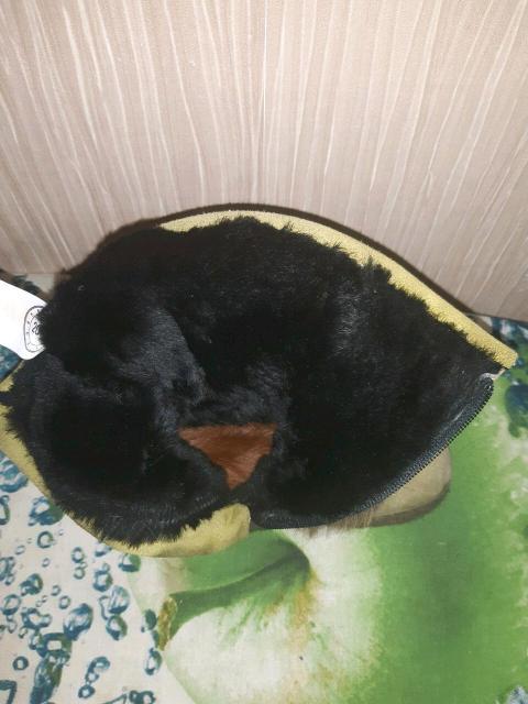 Продаю детские унтики хорошего качества носили один сезон покупали в Сахабулт дорого замша цвет зелёный натуральный мех стельки из натурального меха застёжка на зомке размер 26