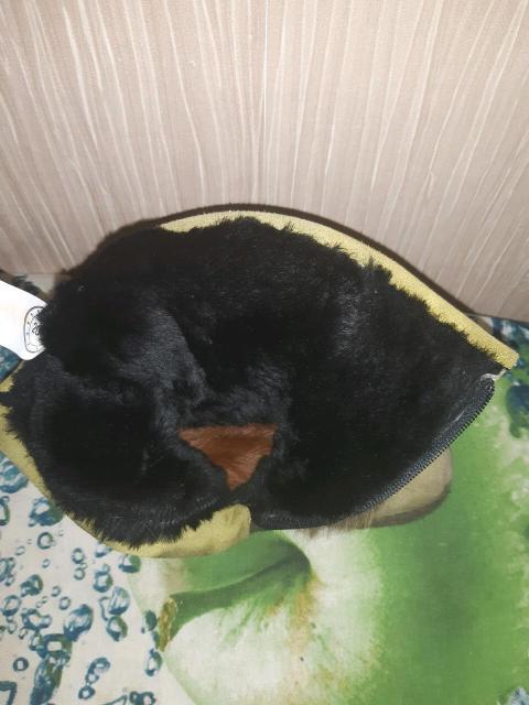Продаю детские унтики хорошего качества покупали  в Сахабулт дорого, натуральная замша  цвет зелёный ,с натуральным мехом стелька натуральный мех, носили один сезон размер 26,застёжка на зомке