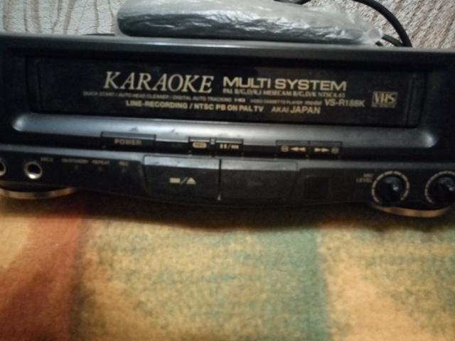 """Видеомагнитофон """"Акай"""" с функцией караокке модель VS-R188К (внутри застряла кассета)+видеокассеты по срочн. цене - 500 руб. смс нет, звонки."""