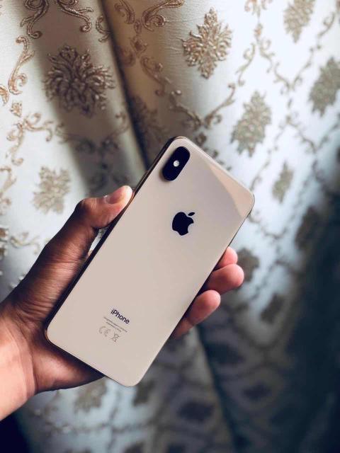 Обменяю iPhone XS Max (256GB) в Красивом цвете Золото. Полный Оригинальный комплект. С Документами. Абсолютно всё работает. Никаких царапин и потёртостей. Не ломался, не ремонтировался. Батарею держит Шикарно (92%). В подарок Оригинальный кожаный чехол.  Использовался бережно, телефон отрываю от сердца. Без торга. Возможен обмен строго на iPhone с вашей Разумной доплатой.