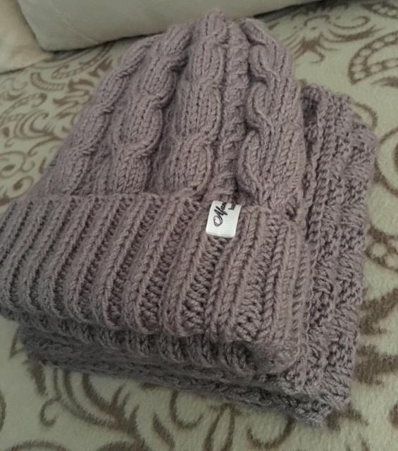Продаю вязаные комплект ручной работы шапка и шарф. Шапка утеплена флисом, очень теплая.