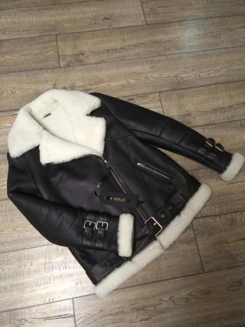 Классическая куртка-авиатор, натуральная овчина, размер 44. Воротник полностью застегивается, два кармана на молнии, пояс по низу куртки защищает от ветра. Небольшой торг возможен.