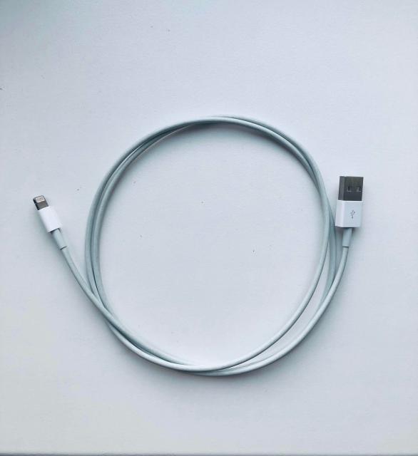 Продаю Оригинальный кабель от iPhone. Новый, не использованный. Полностью рабочий. Получен в комплекте с новым айфоном. Без торга и обмена. Бесплатная доставка.