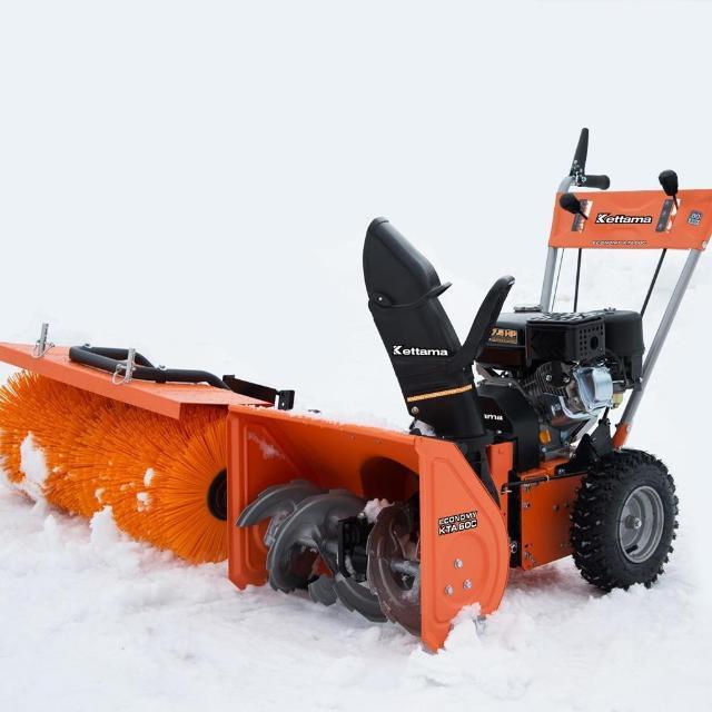 Снегоуборщик Kettama Storm KTA60-C Снегоуборщик KETTAMA STORM KTA60-C позволит Вам избавиться от остатков снега на территории. Специальная полимерная щётка способна выметать снег из неглубоких щелей и неровных поверхностей, таких как асфальт или брусчатка, позволяя использовать машину в любых условиях.  Эта модель не лишена и стандартных преимуществ Kettama, в виде самовосстанавливающегося редуктора, удобной панели управления, защиты от коррозии и пневматических колёс. Кроме того, универсальные крепления позволяют заменить щётку на нужное вам оборудование, например, ковш или отвал.  Панель управления Простая и интуитивно понятная панель управления обеспечивает полный контроль над снегоуборщиком и всеми его функциями. От скорости, до дальности выброса снега.  Пневматические колеса Пневматические колёса с увеличенным диаметром и шириной, обладающие специальным протектором X-track, были адаптированы для зимних условий, чтобы гарантировать лучшее сцепление даже с ледяной поверхностью. Бренды: Kettama Вес: 74 кг Высота: 63 см Высота уборки, мм: 345 Габариты ковша (Ш х В): 800 х 510 мм Дальность выброса снега, м: 11 Диаметр колес: 13x4.10-6 Длина: 105 см Запуск: ручной Количество тактов: 4 Мощность (л.с.): 7.5 л.с. Объём двигателя: 221 куб. см Скорость: 6 вперед / 2 назад Тип двигателя: Бензиновый Тип колес: Пневмоколеса Ширина: 85 см Ширина уборки, мм: 800 Гарантия: 2 года