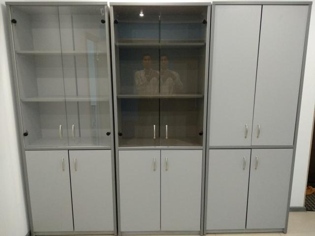 Продаю офисные шкафы в отличном состоянии: 2 шт. со стеклянными створками - 3500 руб. каждая 1 шт. с фанерными створками - 3000 руб. Самовывоз.
