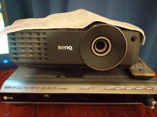Отдам проектор Benq mx 503 показывает отлично из минусов нету пульта причина продажи просто стоит пылится