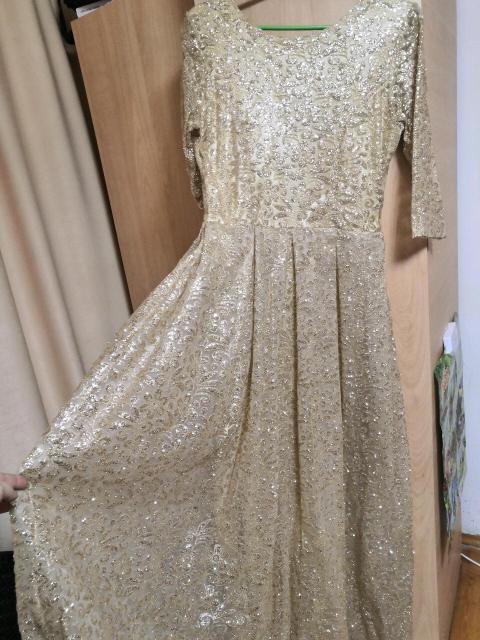 Продаю платье новое, очень красивое, купила так и не одела, забеременела, а сейчас и не лезет. В реале больше блестит.