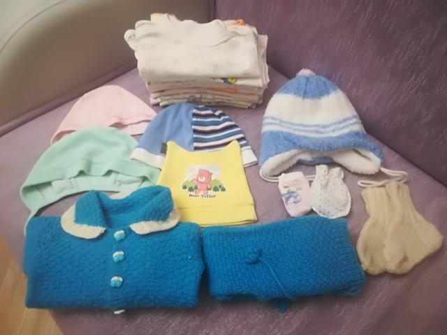 Детские вещи от 0-3 месяцев: кофточки 11 шт, чепчики 2 шт, царапки 2 шт, шапочки 3 шт, вязаный костюмчик 1 шт, вязаные носочки 1 пара за все 350 руб