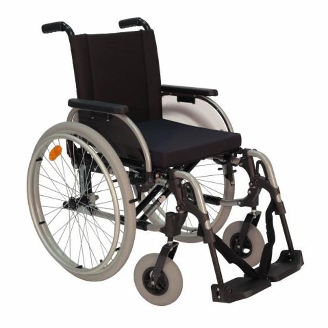 Продаю две, абсолютно новые в упаковке, инвалидные коляски СТАРТ: 1. В комнатной модификации оснащена литыми приводными и поворотными колесами, что обеспечивает комфортную езду по половым покрытиям и существенно упрощает техническое обслуживание. 2. В прогулочной модификации оснащен надувными приводными и поворотными колесами, которые отлично амортизируют и делают езду по улице удобной и приятной. Кресло-коляска оборудована откидывающимися боковинами с регулируемыми по высоте подлокотниками. Подножки регулируются по высоте, откидываются в стороны или снимаются совсем. Складная конструкция рамы обеспечивает компактное хранение инвалидной коляски в домашних условиях и транспортировку в багажнике автомобиля. Цена символическая (кто разбирается, тот понимает) указана за одну коляску, возможна доставка по городу.