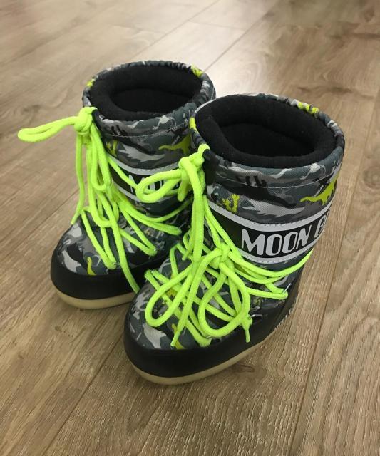 Продаю детские мунбуты (moon boot) оригинал почти неношеные состояние идеа размер 23 Eu (3 размера) окраска зеленый милитари с принтом динозавров пишите ватсап