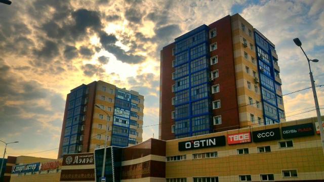 """Ухоженная квартира в центре (здание ТК """"Дэлэй""""), на пятом этаже, хороший район, есть консьерж, чистый подъезд, адекватные соседи, рядом детский сад, школа, магазины, остановки, во дворе своя детская площадка. Отличная шумоизоляция, соседей не слышно, два балкона, солнечная сторона, мебель остается, бытовая техника остается. Квартира без обременения, реальному покупателю торг уместен. тел: 89248603769, 89244627030"""