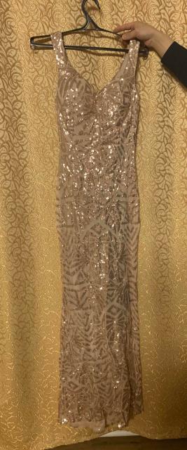 Платье с пайетками , в пол, очень яркое  . Размер 42-44. Новое. Замечательно подойдёт для праздничного вечера.  WhatsApp - +79142727826