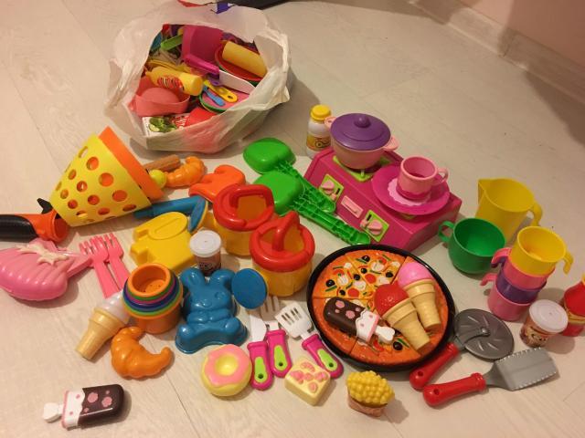Два пакета посуды и еды. Разные. Есть ещё и немного другой игрушки. Все целое и чистое. Самовывоз с Лермонтова 71.