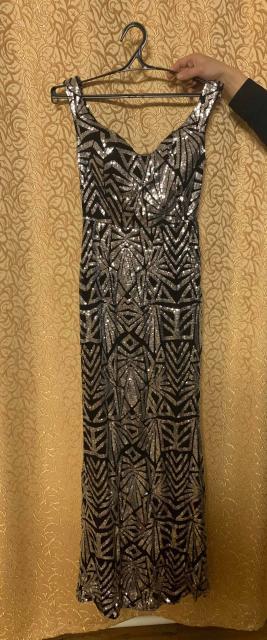 Серебристо-чёрное платье с пайетками. Длина-  в пол. Размер 42-44 . Купила для выступлений , но не подошло по сочетанию с другими платьями. Новое . Кого заинтересовало , пишите в WhatsApp +79142727826