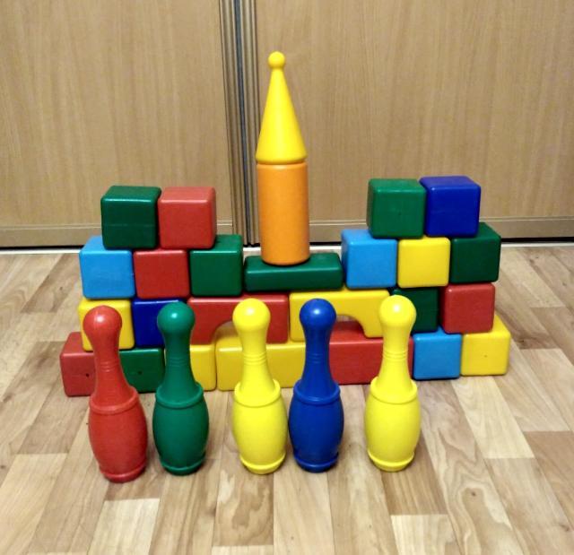 Продам набор детских пластмассовых кубиков в количестве 26шт , размер одного куба 7,5см х7,5см, х7,5см, углы закругленные, яркие цвета  + 5  пластмассовых кеглей