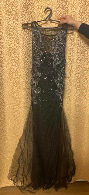 Чёрное платье с пайетками. Размер 42-44 . Новое. Отлично подойдёт для праздничного вечера .  WhatsApp +79142727826 .