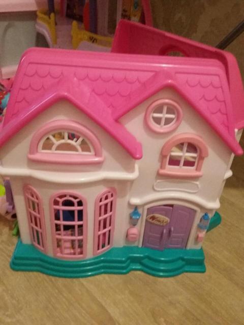 Домик игрушечный очень красивый и даже складывается и закрывается на крючок