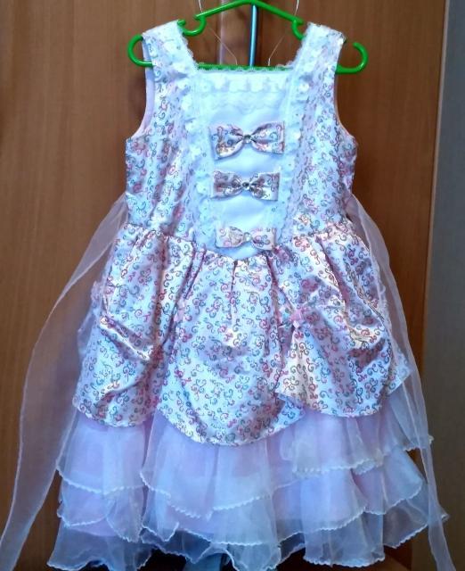 Нарядное  практичное платье. Подойдет на  рост 122-128. Можно одевать на любые праздники.