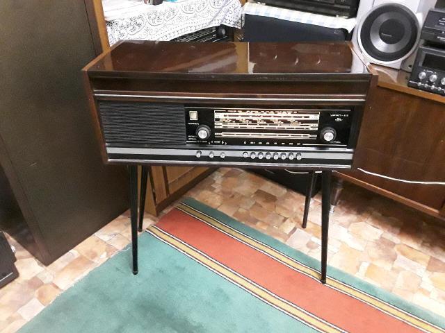 """Ламповая радиола """"Урал-112"""" 1975 год. Деревянный лакированный корпус. Полная ревизия радиомастера, установлена новая игла. В отличном рабочем состоянии. Радио на УКВ ловит ФМ более 12 каналов. Проигрыватель работает на трёх скоростях 33/45/78 проигрывает все виды винила, вплоть до патефонных пластинок. В подарок 10 пластинок."""