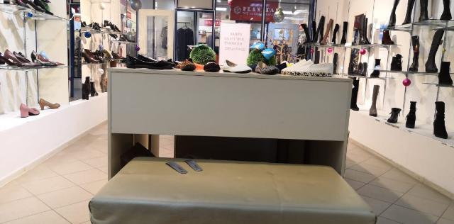 Продам 2 стола, каждый по 2 тр, 3 пуфика, большие. Пуфик за 2 тр, есть складские стеллажи, прикассовая зона. Все недорого