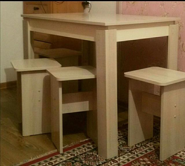 Продаю новые (в упаковке) обеденный стол и 4 табурета. Размеры: стол- длина 95см, ширина 65см, высота 75см, табурет- 30*30*45. Бесплатная доставка по городу до подъезда.