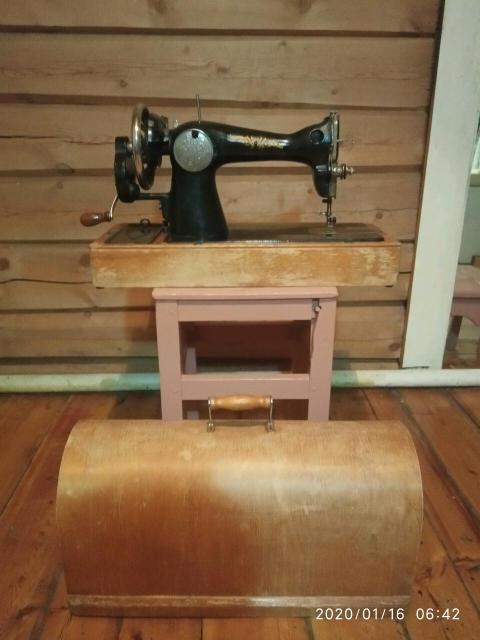 Швейная машинка (ПМЗ), в хорошем техническом состоянии. Имеются запасные иглы, инструкция