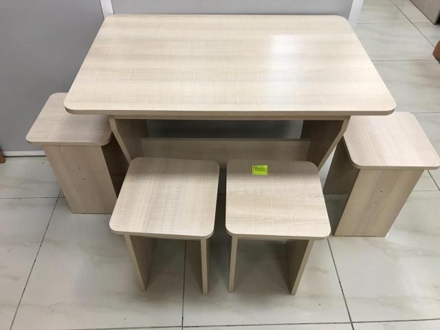 Обеденная зона,стол кухонный с 4 табуретами новый в упаковке, размер: длина -90 ширина-60, цвет: кремовый, цена 5000 руб., доставка в черте города до подъезда бесплатно, оплата при доставке. Whatsapp.Обр 89141108436