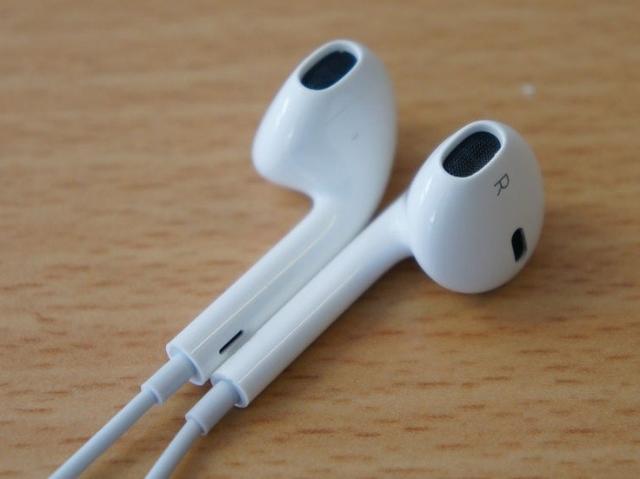"""Продаю оригинальные проводные наушники от Айфон. Разьем 3,5. Покупались месяц назад в """"I-shop"""". Чек прилагается. Наушники идут в коробке и в оригинальном пластиковом чехле с логотипом """"Apple"""". Хороший бас и микрофон. Для длительного прослушивания музыки самое-то. При долгом прослушивании уши вообще не болят, в отличии от обычных наушников типа """"затычек-вакуумов"""". Состояние: новые, только с магазина. Возможен торг. Причина продажи: подарили эйрподсы Пишите в ватсап."""