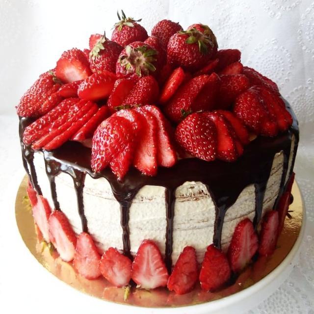 Пеку на заказ медовый торт.  Воздушный, тает во рту, нет приторной сладости, 16-18 коржей. Такого вкусного торта вы не пробовали никогда! Порадуйте себя и своих близких свежим, изумительным тортиком. Попробовав один раз - вы больше не захотите никакой  другой медовый торт! Только натуральные ингридиенты. Всегда пеку с душой. С мастикой не работаю! Цена от 1100₽