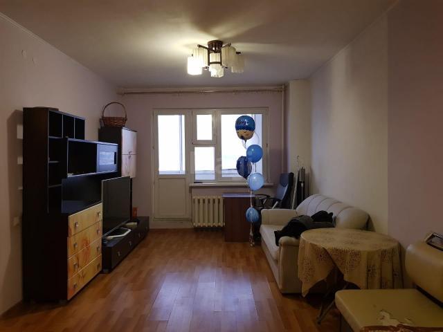 В продаже 3-комнатная квартира по ул. Дзержинского, 49 (ЯКСМК), площадью 57,9 кв.м., этаж 4/9. 2012 г.п. Весьма удобная планировка квартиры: большая кухня-гостиная, две изолированные спальные комнаты (в большой спальне ниша под гардеробную), раздельный санузел. В квартире можно сделать отличный ремонт на свой вкус: стены выравнены, в туалете-ванной стены окрашены (без кафеля). Три застекленных балкона идут по всей квартире. Остановка под домом, много проходящих маршрутов. Рядом детские сады, СОШ №16, ФТЛ, средне-специальные и высшее учебное заведение, магазины и торговые центры. Обременение в Сбербанке.
