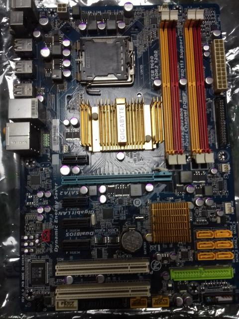 Продам комплектующие Материнская плата GIGABYTE GA-EP45-DS3L, LGA 775, Intel P45, ATX XEON-Максимальная совместимость. Процессор Процессор Intel Core 2 Duo E8400 Wolfdale (3000MHz, LGA775, L2 6144Kb, 1333MHz) Кулер для процессора Intel Original D34017-002, Socket 775, LGA775 4-Pin, медный сердечник, защелки (ножки, клипсы) Уровень TDP: до 95 Вт Вентилятор: диаметр 80 мм