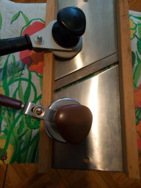 Машинка ручная для домашнего консервирования солений, варенья и т.п.-300 руб.