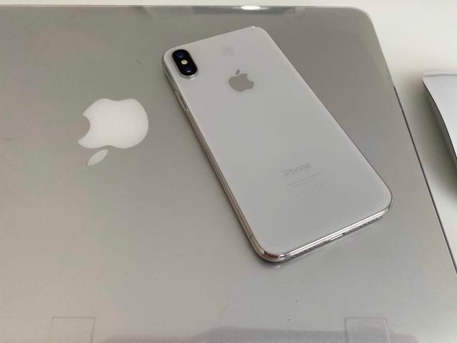iPhone X, silver, 256 Gb. Отличное состояние. Полный комплект. Все родное. Дополнительно бонусом отдам 4 чехла к нему.  ТОЛЬКО ПРОДАЖА, БЕЗ ОБМЕНА, БЕЗ РАССРОЧКИ.