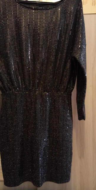 Продаю классное платье 👗 черный цвет , размер 44-46 , серьги в подарок