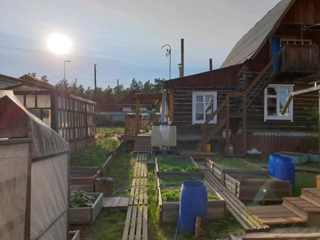 """Продаю частный дом (79 кв м)  - участок 10 соток.  Дом расположен по ул. Лонгинова в районе """" Сайсары"""". ГАЗ , Септик (5.5куб), емкость для воды (1 куб) , летний водопровод.  На участке имеется : гараж на 2 машины, баня, теплицы , курятник. Частично с мебелью.  Цена 4 700 000."""