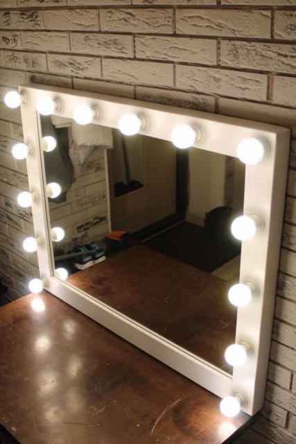 Гримерное зеркало Ширина 90см Высота 70см Толщина 5см Цвет белый Покрыт лаком 14 светодиодных лампочек по 5Вт Естественный свет (4000к)  Так же изготовим на заказ по вашим размерам!   Возможна доставка по городу.
