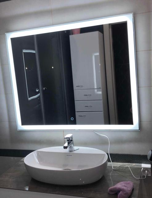 Новое светодиодное зеркало Kerama marazzi , во время установки рабочие отломили край , фото до и после. Сейчас стоит упакованное , с чеком,покупали за 13,000 Самовывоз