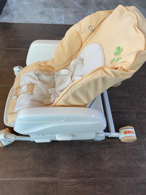 """Невероятно удобная многофункциональная люлька- стульчик с рождения и до шести лет. В этой люльке продумано все, чтобы вашему малышу было удобно и комфортно. Люльку можно использовать с рождения как колыбельку для сна и бодрствования, пеленальный столик, уход после ванны. От 6-7 месяцев люльку можно использовать как столик для кормления, стульчик для ребенка, игровой столик. У люльки 5 наклонов спинки, в т ч полностью горизонтальное и 5 уровней регулирования люльки по высоте.  Преимущества  - Функция - режим """"качания""""  - Особенности конструкции: съемный чехол, съемный столик, пятиточечные ремни безопасности  - Удобная мягкая внутренняя подушка сидения полностью покрывает люльку и обеспечивает наилучшую защиту и комфорт для новорожденного.  А в сложенном виде люлька занимает совсем немного места и легко помещается в багажник машины (например,при поездке на дачу).  - С люлькой ваш малыш будет всегда рядом с вами в надежной и удобной люльке, а у вас появится время на себя или на домашние дела"""