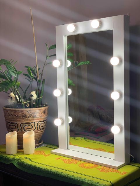 Продам новое гримерное зеркало с полкой. 8 ламп