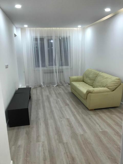 Сдается 1-комнатная квартира площадью 37 кв.м. на 2 этаже, свежий ремонт, меблированная, кухонная мебель, обеденный стол, стулья, диван, шкаф, тумба под телевизор, электрическая плита, стиральная машина, холодильник. Стоимость аренды: 25000 + оплата по счётчикам и интернет.