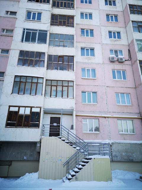 Продам или сдам в аренду нежилое помещение в 9-этажном доме на 1 этаже. Удобное расположение, близко к центру.