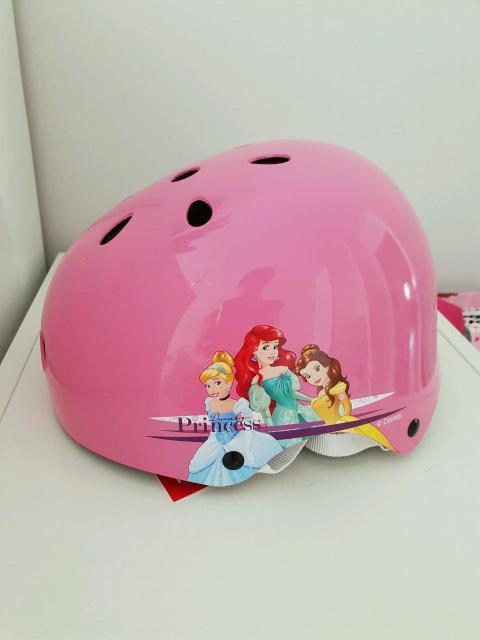 Новый защитный шлем для девочки, подойдет от 4 до 7 лет примерно, окружность регулируется.