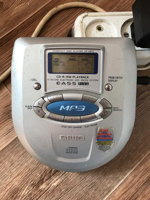 Продаю ретро мр3 плеер фирмы aiwa. Всё работает, диски хорошо читает. К нему прилагается блок питания и один музыкальный диск.