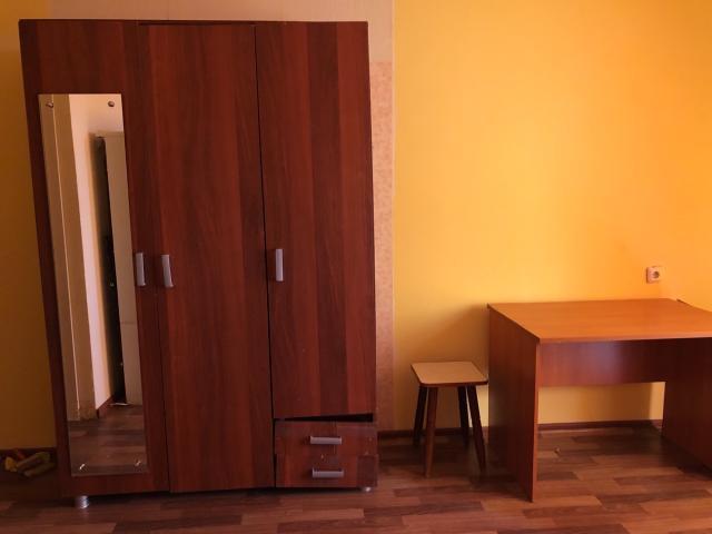 Сдаётся на длительный срок квартира-студия в 17 квартале женщине  или тихой семейной паре. Имеются мебель и бытовая техника. Оплата: все включено.