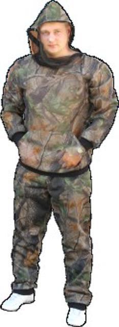 Костюм выполнен из двух видов сетки: наружная камуфлированная, внутренняя черная. Внизу куртки сдвоенный карман. Брюки на резинке. Рукава, низ куртки и брюк обработаны манжетой из лайкры. Поставляется в удобном мешочке-чехле.
