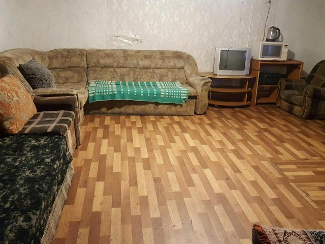 🛑Сдаю компаниям благоустроенный однаэтажный деревянный частный дом, имеются; 2 больших стола, диваны,маленькая комната с двухспальной кроватью,вода,унитаз,Во дворе мангал. Цена от 2500 рублей за сутки. В праздничные,выходные дни от 3500 рублей за сутки. 🛑Сдаю парам (до 4 человек) благоустроенный частный дом,тв,плита,унитаз. Цена от 1800 рублей за сутки. В выходные,праздничные дни от 2500 рублей. Выезд в 12.00. Есть мобильный банк.