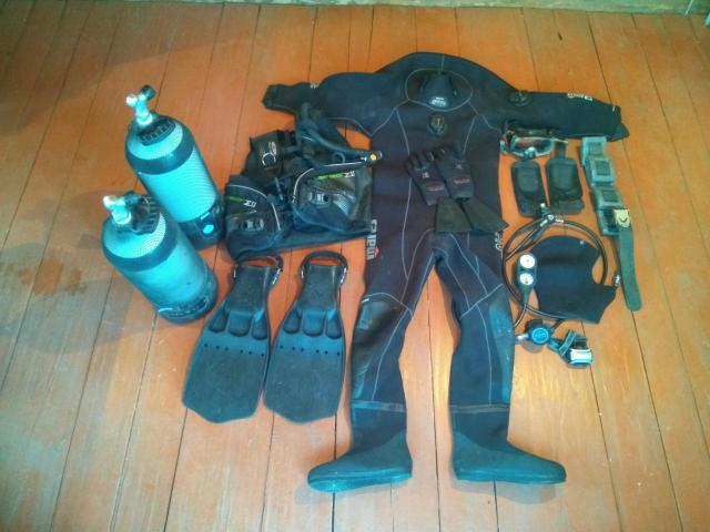 Гидрокостюм BARE D6 PRO (neopren wrestseat) XL5  Шлем BARE ELASTEK DRY skin XL 9mm   Перчатки XS-Scuba DRY-Five 5mm XL  Спинка для баллона XS-Scuba STANDART Tank backpack BP100  Ласты Saekodive Jet Turbo XXL  Компенсатор плавучести (Жилет для дайвинга) TUSA Liberator Sigma II  Баллоны Aqua Lung 15 л с вентилями х 2 шт.  Маска с клапаном Tusa M-32 Imprex 3D Hyperdry  Шланг для маски Aqua Lung  Шланг для манометра Aqua Lung  Регулятор Aqua Lung Core ACD DIN  Трёхприборная консоль Aqua Lung Грузила с поясом и металлической пряжкой  Сумка-рюкзак Red Fox 100л